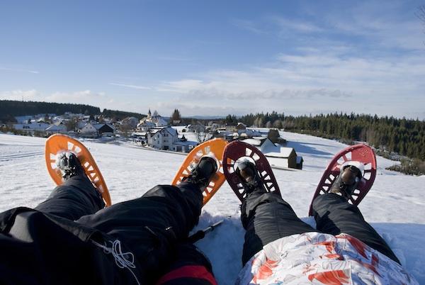 """Beim Schneeschuhwandern """"liegt man flach""""! (c) Waldviertel Tourismus"""