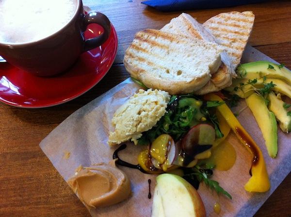 Tolles Langschläfer-, Studenten- oder Reise-Frühstück für Neuankömmlinge im Café mit dem lustigen Namen: Annabatterie. Was das wohl heißen mag?