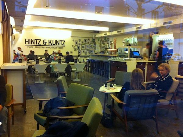 Hier vorbeischauen: Das Hintz & Kuntz in Mainz ist schon alleine wegen seiner gemütlichen Stimmung, der gechillten Kellner & Getränke einen Besuch wert!