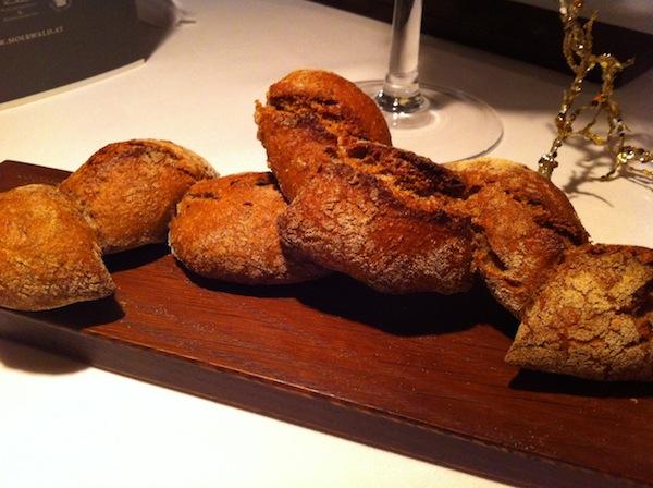 """Passend dazu wiederum: Echtes Brot genießen. Nirgendwo sonst könnt Ihr das so gut wie hierzulande in unserem guten alten Österreich, behaupte ich jetzt einfach mal. Und weil mir alle Landsleute mit einem lauten """"Oh jaa!"""" zustimmen werden, beschließe ich jetzt diese Behauptung auch voller Stolz hier zu veröffentlichen! Köstliches Brot aus der Heimat haben wir schließlich schon selbst backen dürfen: Beim großartigen Brotbackkurs mit Roswitha Huber auf der Kalchkendlalm in Rauris."""