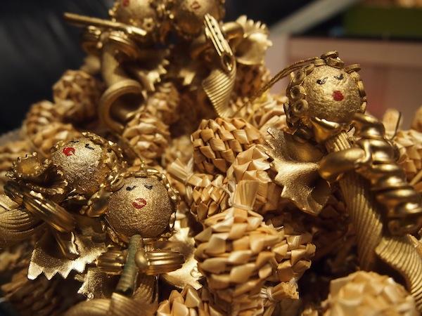 Könnt auch Ihr die drei Weihnachts-Engelchen, deren Flügel aus Ravioli und Körper aus Cannelloni sind, das Haar geziert von Suppen-Nudelsternen ... ? Kein Witz: Gesehen hier im Mittelburgenland im Osten Österreichs.