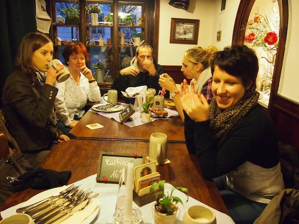 Gemütliches Beisammensein: Reiseblogger aus Österreich treffen in der Stadt Salzburg (hier im Zwettler Brauhaus nahe des Dom- und Residenzplatzes) erstmals in geselliger Runde aufeinander.