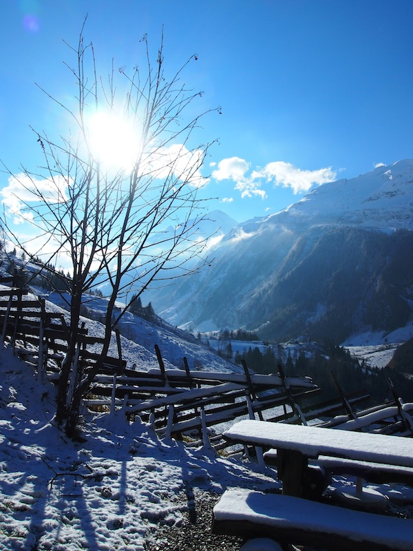 Die traumhaft schöne Winterlandschaft des Rauriser Tal empfängt uns am - wirklich so genannten! - Fröstlbergweg auf der Kalchkendlalm.