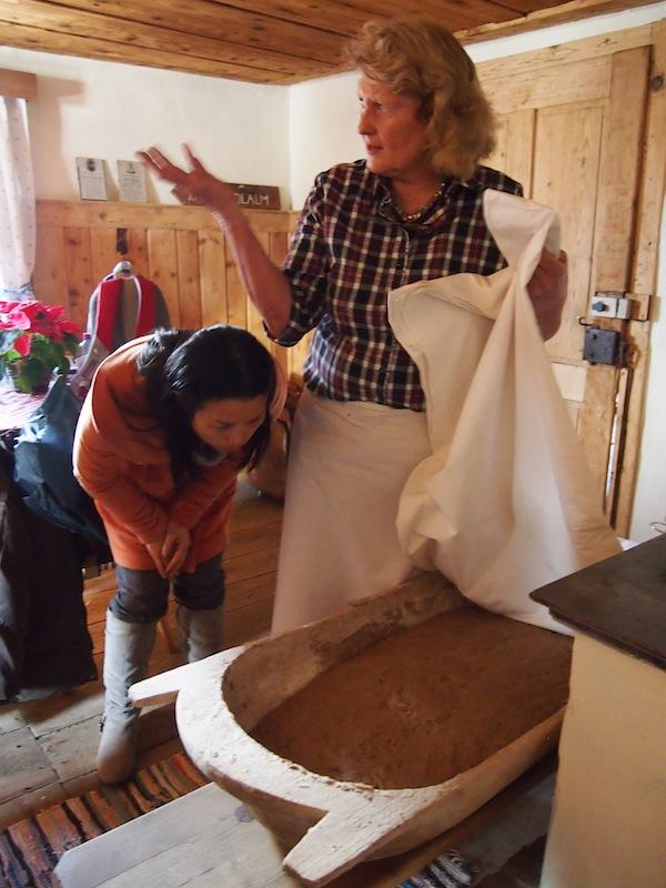 """Hier kann man wirklich """"hinter / unter die Kulissen blicken"""": Freimütig erzählt uns Roswitha während des ca. vierstündigen Kurses inklusive Mittagessen & Kaffeejause von ihrem Leben als """"Eigenbrötlerin""""!"""