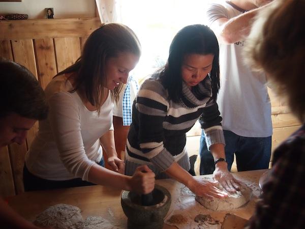 Wenig später geht's auch schon ans Werk: Die Teige werden ausgerollt, das Brot geformt!