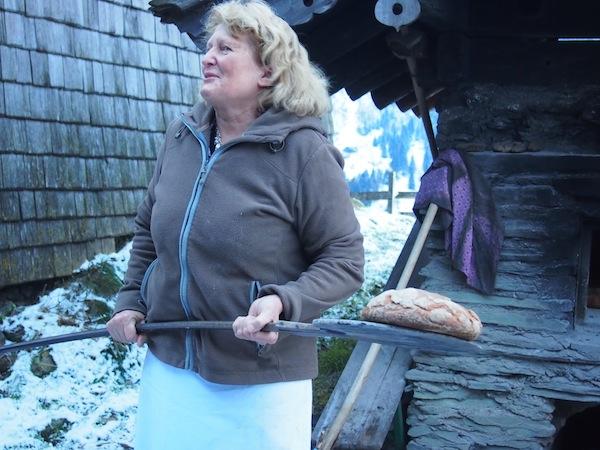 """Roswitha Huber wie sie leibt & lebt: Mit Brot """"auf der Schippe"""", frisch aus dem Backofen - selbst gemacht von uns natürlich!"""
