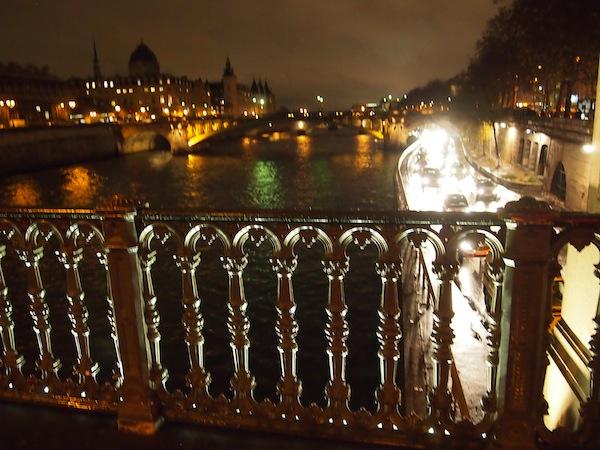 Nachtspaziergang auf dem Weg zur Stadtmitte (Ile de la Cité): Hier wird sogar das Brückengeländer kreativ (gespenstisch?) beleuchtet.