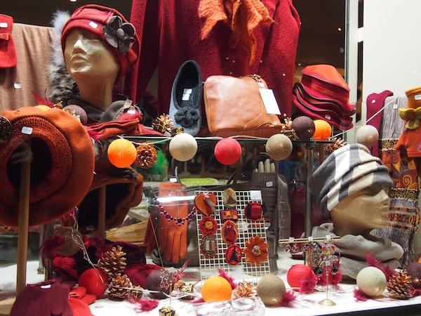 Tolle Hüte gefällig? Pariser Stadtmode gibts auch zu erschwinglichen Preisen: Einmal nachgefragt, geben die Pariser auch gerne Auskunft wie ich erfahre.