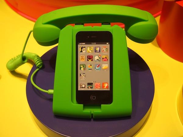 """Weitere Entdeckungen aus der """"kreativen Ecke"""" dieser Straße auf der Ile de la Cité von Paris: Ein iPhone-Halter im klassischen Telefon-Stil."""