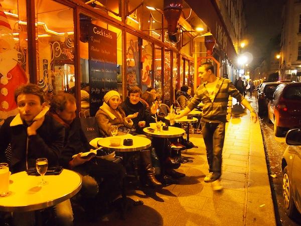 Wir mögen sie, die Pariser: Mit ihrem eleganten Hüftschwung, ihren frisch-parlierenden Worten, ihrem Charme (wehe dem, der kein Französisch spricht ;)), ihren süßen Straßen-Cafés die dank Wärmestrahler auch den ganzen Winter über draußen Betrieb feiern. Ein ökologischer Wahnwitz - der sich Besuchern gegenüber fotogen darstellt.