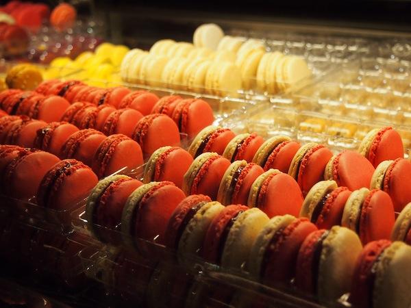Noch immer nicht genug? Wie wäre es dann mit diesen Macarons, gesehen in der Rue de la Verrerie im Quartier Le Marais?