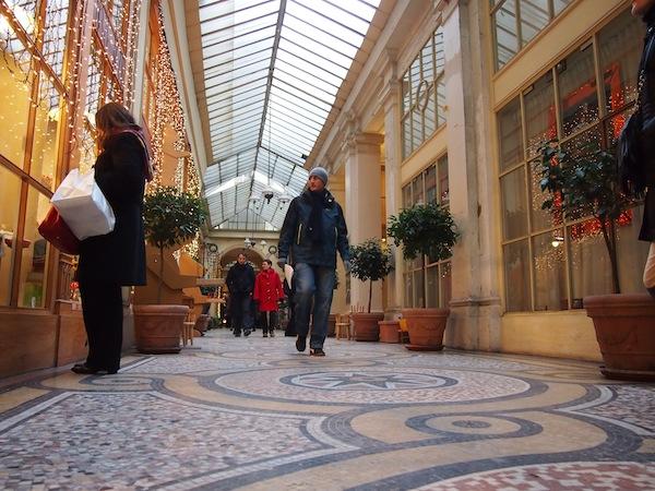 """Innenstadt-Passage im Herzen von Paris. Abseits der """"Trampelpfade"""" läuft man hier im Rhythmus einer erlesenen Klientele (Einheimischen bzw. solchen, die es wissen ;-) über den Weg. Sehr interessant!"""