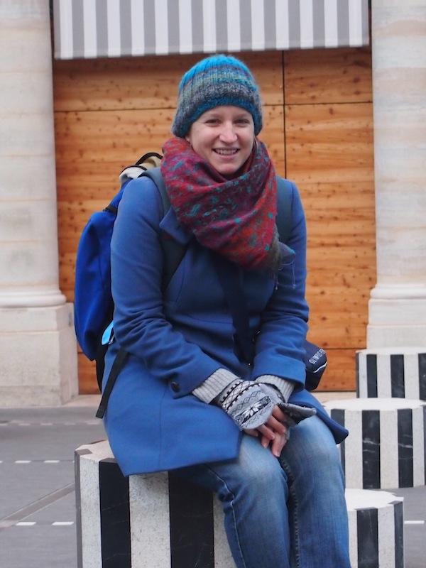 Kurze Rast: Im Winter nimmt man eigentlich nur für ein Foto draußen Platz - es sei denn, man ergattert eine Wärmelampe in einem der berühmten Pariser Straßencafés.