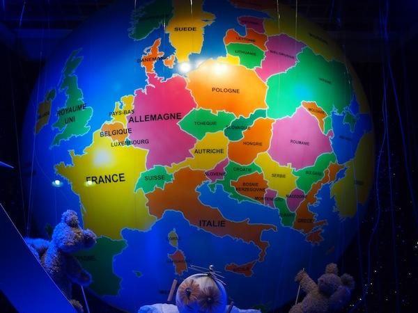Da soll noch mal einer sagen, Shopping sei nicht kreativ: Ausgerechnet in einer der größten Auslagen der berühmten Einkaufsstraße Rue de Rivoli findet sich diese lustige Weltkugel mit AUTRICHE (Österreich) als äquatoriales Zentrum einer aus dem Kontinent Europa bestehenden Weltkugel. Euro-Zentrismus pur oder Geniestreich der Österreicher in Paris? ;)