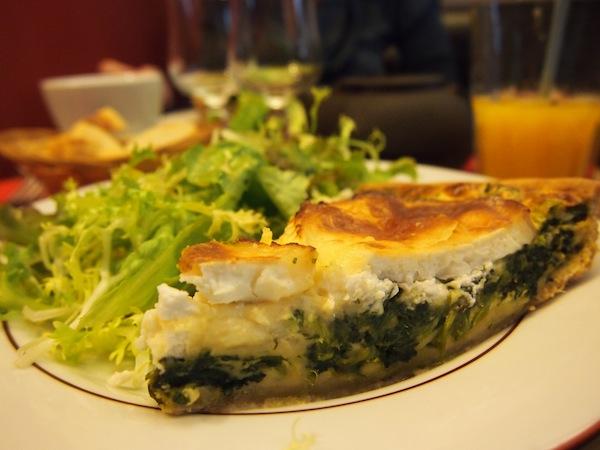 Echte französische Quiches sind aber auch nicht zu verachten, vor allem wenn man so wie ich Ziegenkäse plus Spinat mag: Mein Favorit des Tages!