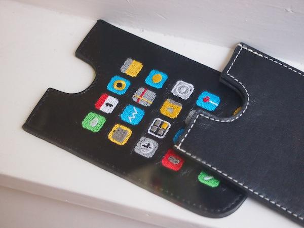 Weiters entdecken wir tolle Accessoires, welche den Zeitgeist der Stunde widerspiegeln: Hier ein fein und individuell genähtes Leder-Etui für das iPhone. Schon ein Hingucker!