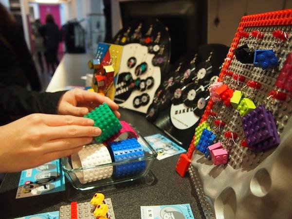 Nicht genug bekommen: Wer als Kind schon Lego-Fan war, kann es auch heute noch sein. Hier mit originellen Armreifen & Ohrringen