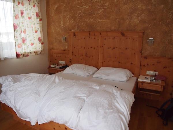 Gut schlafen: Laut unserem Gastgeber am Stögerhof (Urlaub am - modernen! - Bauernhof macht Spaß) verlangsamt das Zirbenholz in unseren Stuben unseren Herzschlag jede Minute um 10 Schläge ... erwiesener Verjüngungseffekt inklusive! Sprechen wir einfach in 10 Jahren weiter ... ?