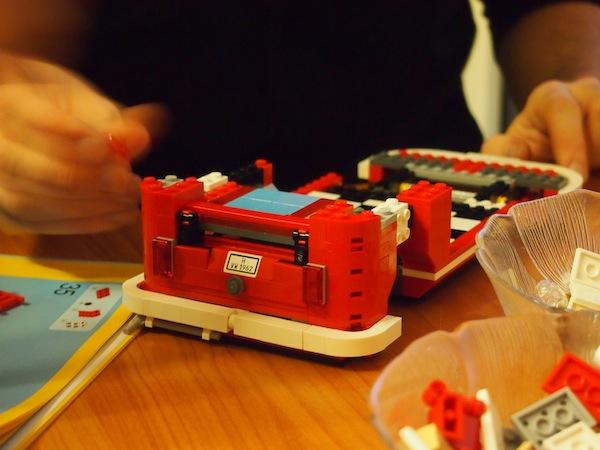 Kreative Unterhaltung für Erwachsene: Einen echten LEGO-Campervan mit 1.300 Einzelteilen und ein paar Flaschen Bier zusammenbauen ... Sehr lustig: Eine echte Herausforderung!
