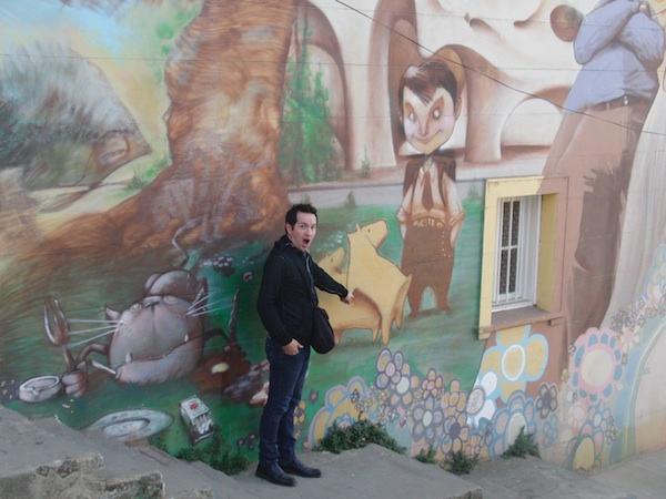 During a guided city walk, Boris first cook then tour guide, shows us all the hidden corners and secret tips for discovering great graffiti art in the city of Valparaíso.