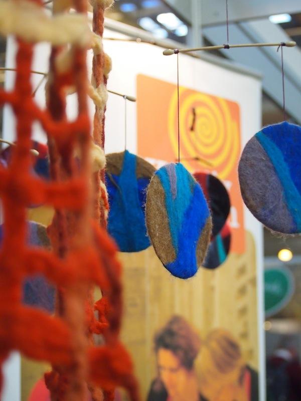 """Mit solch kreativen Partnern ist es eine Freude, gemeinsam aufzutreten: Dieses Filz-Mobile """"umgarnt"""" alte CDs und macht sich hervorragend vor dem Spiralen-Logo des Vereins Kreativ Reisen Österreich."""
