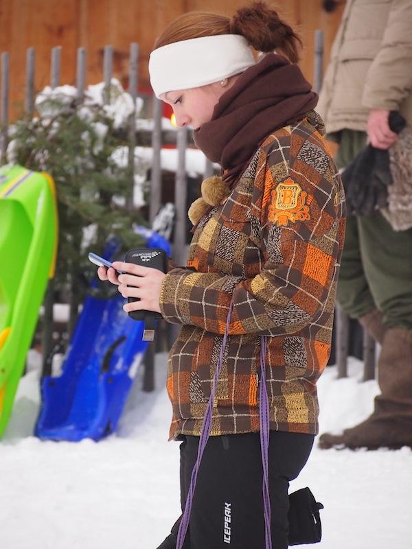 """... während die Teenies schon eher mit iPhone, Chatten & """"Wie sehe ich in dieser Jacke aus?"""" beschäftigt sind. ;)"""