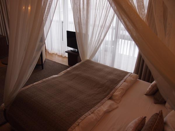 Diese Räume laden ebenfalls zum Träumen ein: Bei einer Hotelführung lernen wir von den 150 Zimmern der Lodge eines der allerschönsten kennen. Und verlieben uns glatt.