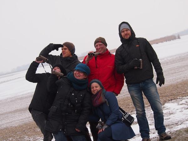 """Das """"Dream Team"""" der Expedition Nationalpark Neusiedlersee-Seewinkel gemeinsam mit Birdwatching-Experte Manuel: Auf den Spuren von Blässgänsen, Seeadlern & Co. durchqueren wir die """"Lacken"""" des Seewinkels vorbei am tiefsten gemessenen Punkt Österreichs mit nur 114 Meter Seehöhe. Kalorien verbrauchen wir hier nur gegen die Kälte ... und beim andauernden Bauchmuskel-Lachtraining!"""