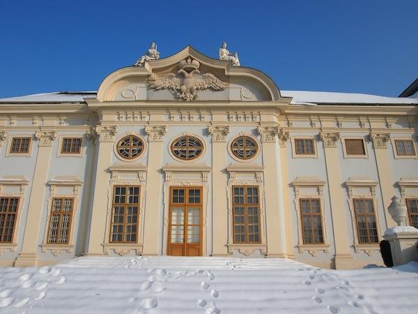 Wunderschön ist die Stimmung zur Winterszeit in und um das Barockschlösschen Halbturn. Vor 300 Jahren erbaut, blickt es auf eine bewegte Geschichte samt einer weitläufigen Parklandschaft zurück, die zu ausgiebigen und vor allem romantischen Spaziergängen einlädt.