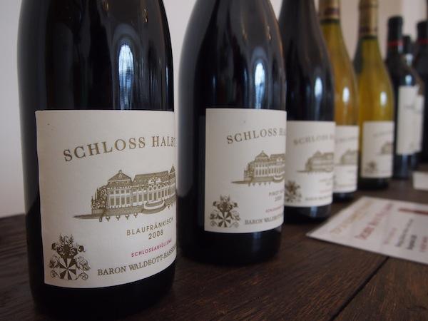 In amüsanter Gesprächsatmosphäre mit dem kundigen Önologen des Schlossweingut, das alleine an die 50 Hektar Weinbaufläche umfasst, verkosten wir die besten Rotweine der letzten Jahre: Pinot Noir aus dem Jahre 2008 etwa. Ein Traum ...