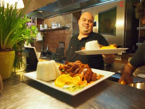 Im Jörgs schwingt der Chef höchstpersönlich den Kochlöffel: Eine kreative und auf den ersten Blick ansprechende Restaurantatmosphäre heißt Besucher inmitten des Ortes Neusiedl am See willkommen. Unser Lokal-Tipp des Tages!