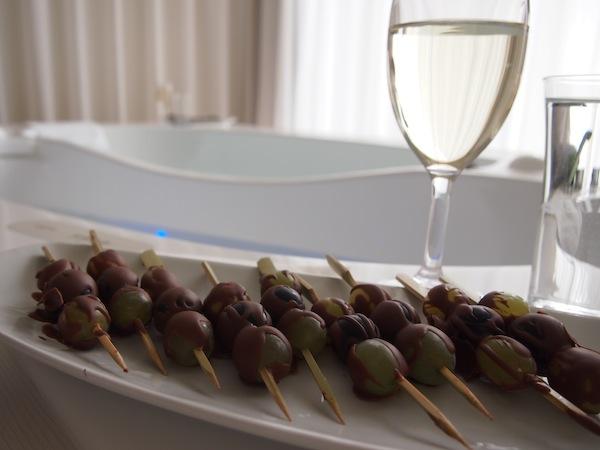 Zusätzlich zum Spa Deluxe Moment werden hier mit Schokolade überzogene Trauben gereicht, der Wein stammt selbstverständlich von lokalen Winzern aus der Südsteiermark mit denen sich das Hotel international auf hohem Niveau profiliert.