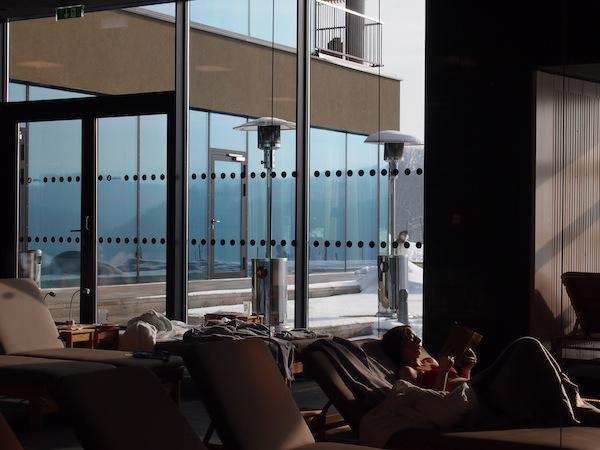 Der ausladende Ruheraum mit hohen Decken und weitläufigen Glasflächen lädt zu völliger Ruhe und Entspannung ein ... doch Vorsicht: Zu lautes Lachen stört andere Ruhesuchende! Mehr Spaß haben wir da schon beim Rollen im Schnee nach dem Sauna-Besuch ... ;)