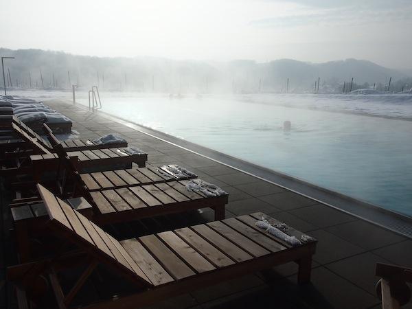 Aus dem beheizten Outdoor-Pool bietet sich ein traumhafter Blick auf die Schönheiten der Region, ideal auf einem Hügel inmitten der südsteirischen Weinstraße gelegen.