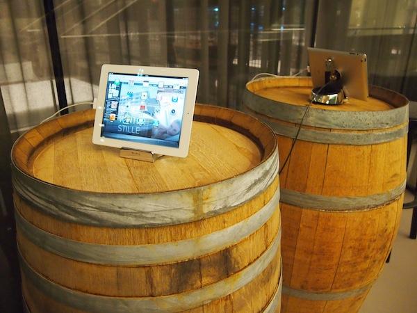 Moderner Genuss auf alten Weinfässern im Eingangsbereich des LOISIUM Wine & Spa Resort Südsteiermark ...
