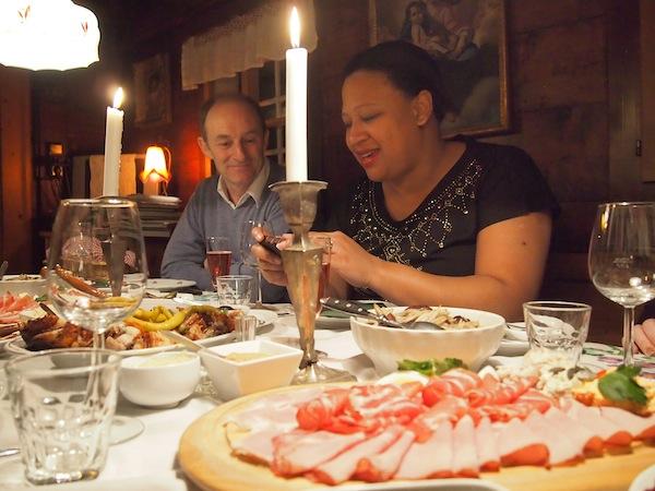 """Zu Beginn rühren wir vor lauter Begeisterung ob des """"schönen Essen"""" selbiges kaum an und sind mehr mit dem Fotografieren beschäftigt ..."""