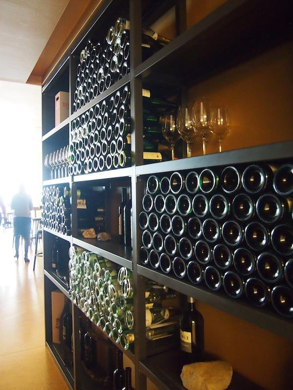 """Zum Thema """"Wein"""" gibt es selbstverständlich auch eine gut bestückte, regionale Vinothek direkt an das Hotel angeschlossen, in dem regelmäßig Verkostungen und Weinseminare angeboten werden."""