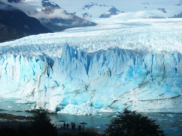 -die-dann-so-aussieht-Vor-der-enormen-Eismasse-nimmt-sich-der-Mensch-nur-sehr-sehr-klein-aus.-Ein-unglaublicher-Ort-für-jedwegliche-Reflektion-oder-Meditation.