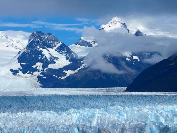Der-Perito-Moreno-Gletscher-speist-sich-aus-den-gewaltigen-Eisfeldern-der-südamerikanischen-Anden.