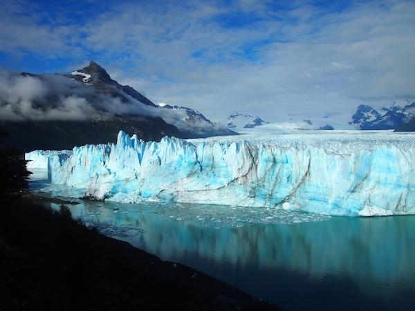 Der-friedliche-Spiegel-der-gewaltigen-Eismasse-des-Perito-Moreno-Gletschers-trügt-Beständig-kracht-und-knarrt-es-im-Gletschereis