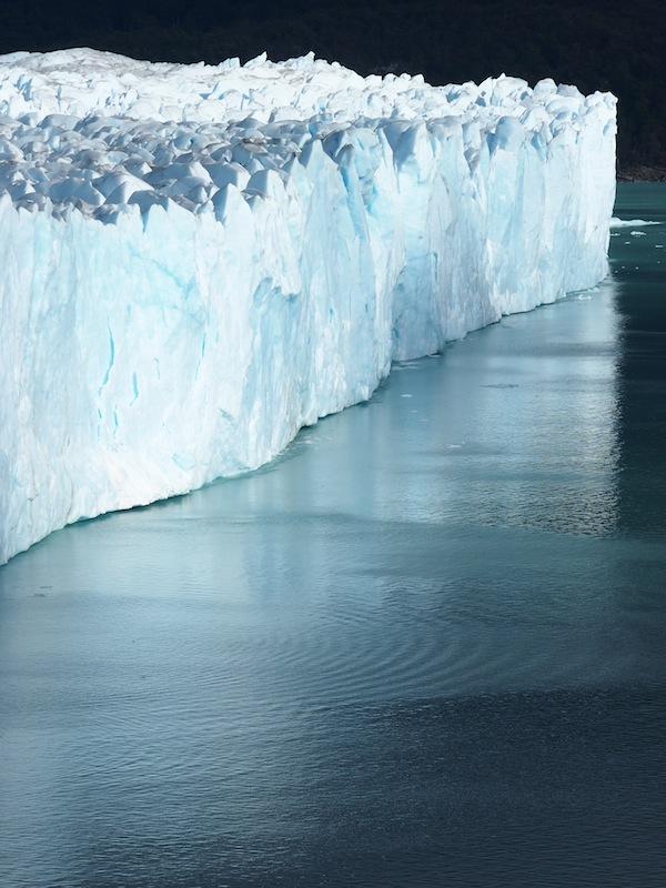 Die-Geräusche-des-kalbenden-Gletschers-die-von-explosionsartigem-Getöse-bis-hin-zu-verhaltenem-Knirschen-reichen-verebben-in-der-Anmut-dieses-Augenblicks.