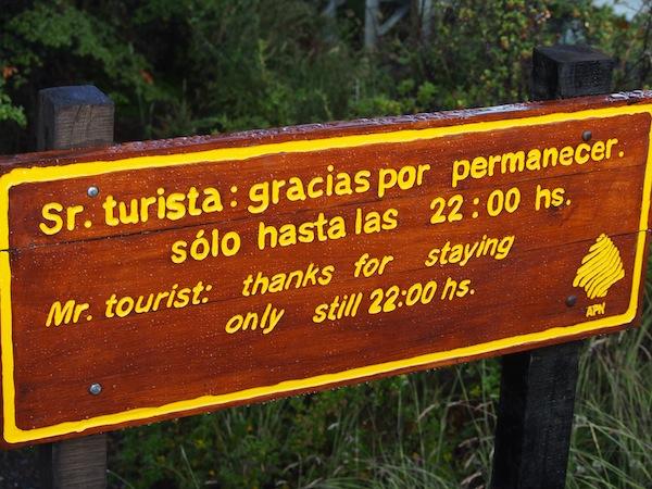 Lustige-Schilder-begleiten-mich-auf-dem-Weg-vom-Besucherzentrum-zum-Perito-Moreno-Gletscher.