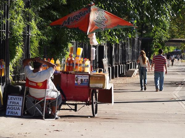 Eine der zahlreichen Avenidas der Stadt entlangspazieren, die mitunter über 20 Fahrspuren (!) zählen ...