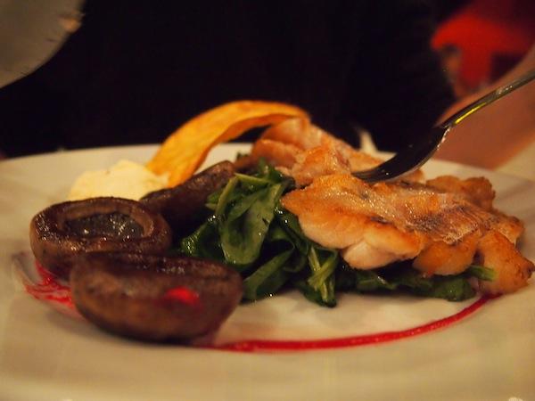 Ok, bestimmt habt Ihr Euch schon gefragt, wo denn das (obligate) Essens-Foto in diesem Beitrag geblieben ist? ... Unser Faible für gute Speisen ist ungebrochen, in Argentinien isst man einfach sagenhaft gut - ob Fisch, Fleisch oder auch vegetarisch, wir haben bereits alles durch und sind glücklich und zufrieden. Mahlzeit :D