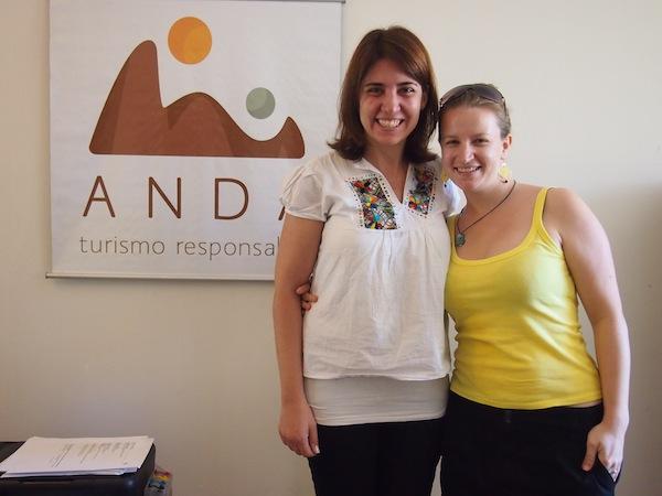 Elvira und ich im Office von ANDA Travel in Buenos Aires: Gemeinsam planen und organisieren wir meine Reise an der Südspitze des argentinischen Kontinents: Hier stehen Nachhaltigkeit, schonvoller Umgang mit Natur & Umwelt sowie respektvoller Umgang mit Menschen & Kultur auf dem Programm. Ganz nach meinem Geschmack!