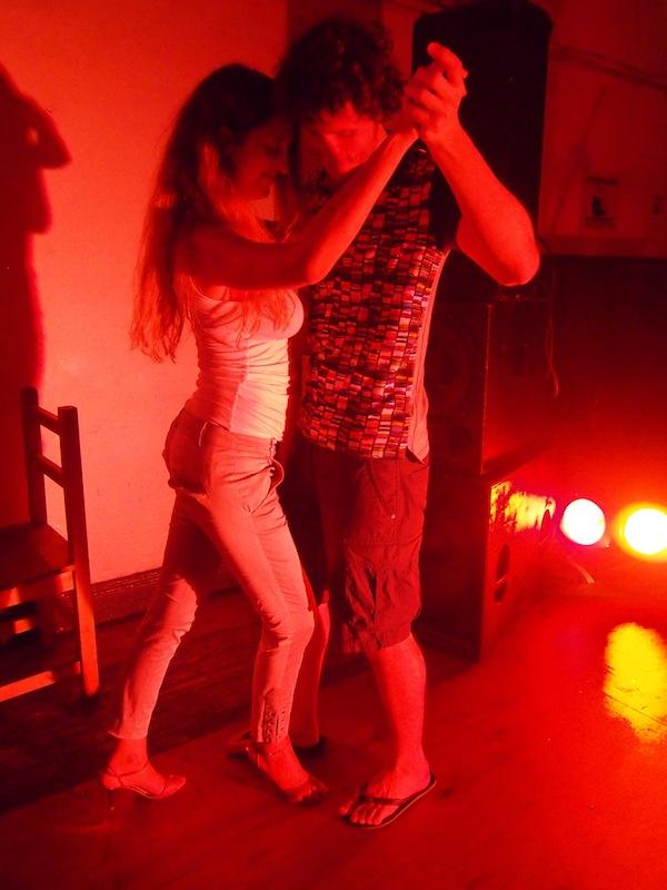 """""""Die presst sich wirklich stark an mich!"""" flüstert mir Markus noch zu, sehr süß und unschuldig, bevor er auch schon in der hohen Kunst des Tango-Tanzens von Expertin Mariana unterrichtet wird. Ein wunderbarer Augenblick!"""