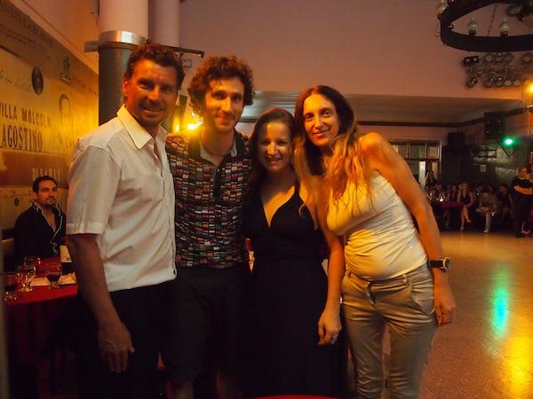Das Dream-Team des heutigen Abends: Unsere beiden Tanzlehrer (außen links und rechts) sowie wir wagemutigen Tänzer begeben uns auf das Parket ... eine sehr spannende Erfahrung für jeden Besuch in Buenos Aires!