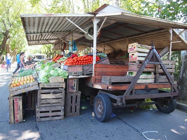 Zu Beginn des Kochkurses steht ein Besuch des Bauernmarktes auf dem Programm, der uns alleine schon durch den Geruch des frischen Obst und Gemüse in seinen Bann zieht.