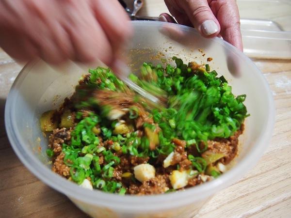 Teresita hat die Füllung schon am Tag zuvor vorbereitet, damit das Fleisch die Gewürze und Aromen ideal aufnehmen kann. Wir bekommen alle Rezepte unserer Gerichte mit nach Hause: Ich freue mich schon, solche Empanadas zuhause nachzukochen!