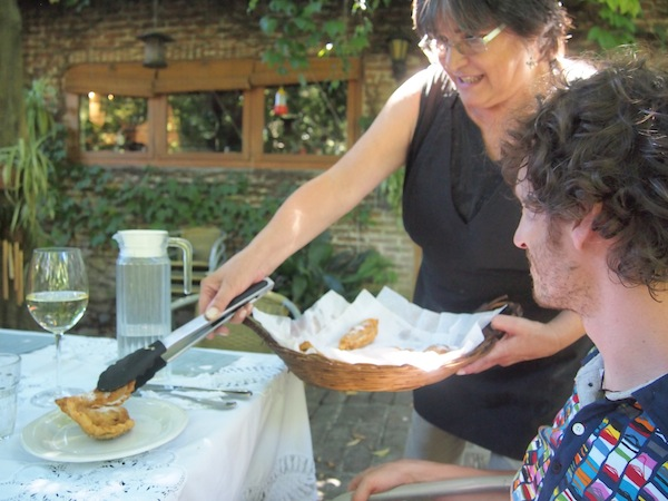 """""""Teresita La Bella"""" serviert uns hausgemachte, argentinische Empanadas ... die tatsächlich doppelt so gut schmecken, weil wir sie selbst geknetet und geformt haben. :D"""